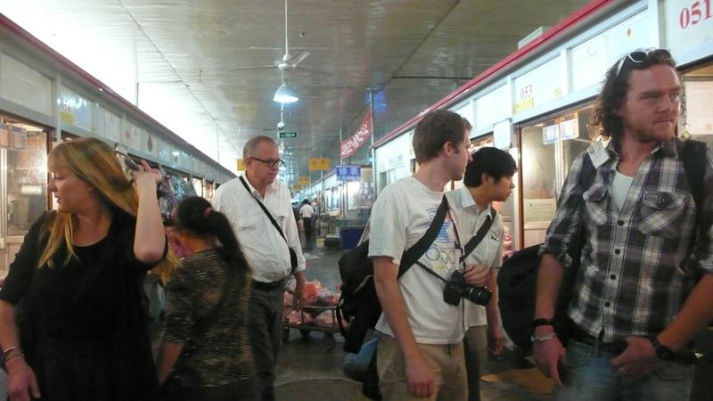 shopping at San Yuan Li market